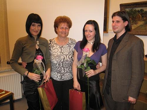 Emke, Kissné Marika (a könyvtárigazgató), jómagam és Dani