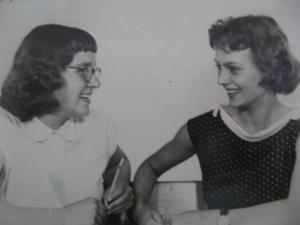 Zsuzsika és Juditka, azaz anyám és nagynéném, akik a fiúkkal elláncdohányozták a tüdejüket