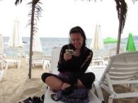 A háttérben jól látszik, hogy üres a strand...