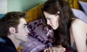 Edward és Bella, amint éppen azt teszik, ami a legjobban megy nekik: nézik egymást