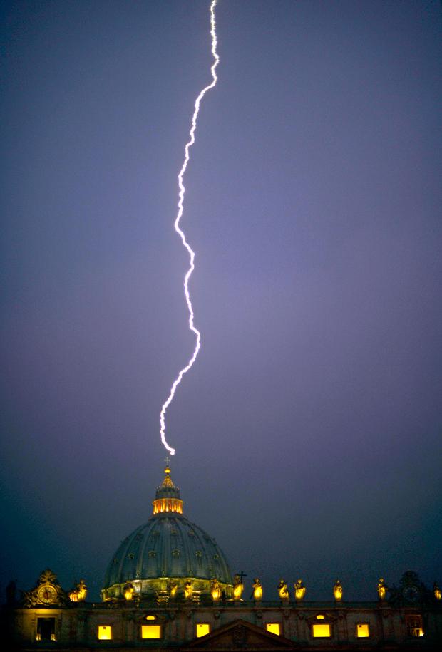 Órákkal azután, hogy XVI. Benedek pápa bejelentette lemondását, villám csapott a Szent Péter-bazilika kupoláján lévő keresztbe.  kép: Filippo Monteforte/AFP