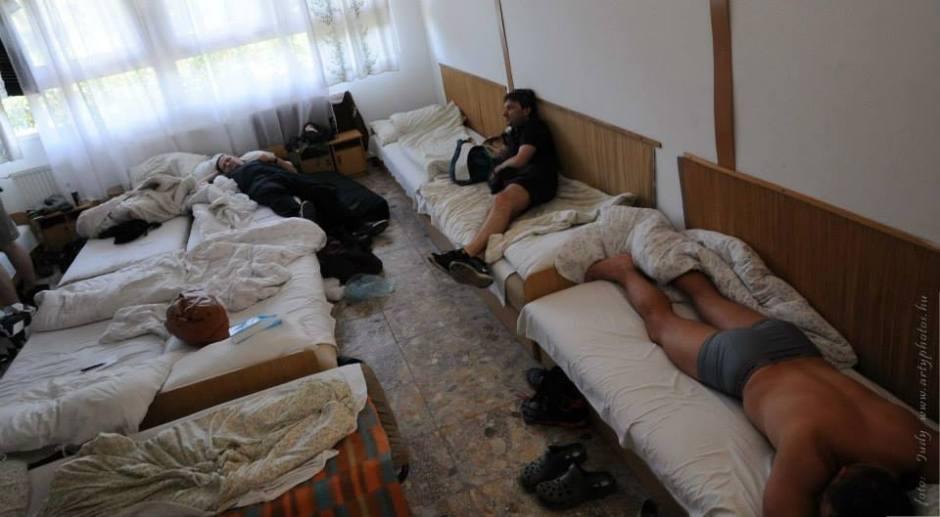 A tíz szobatársból három, másnap reggel - kép: artyphotos.hu