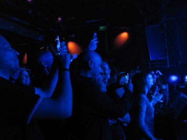 Az örülő közönség mellettem