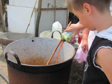 Viktor segít főzni